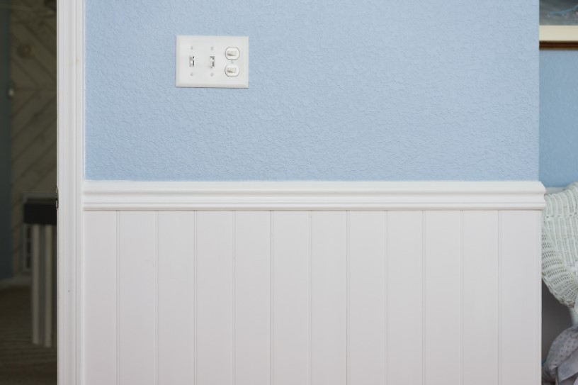 Wainscoting in The Corner of Wall with Knockdown Texture Finish